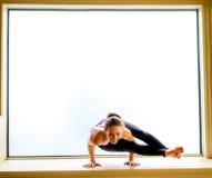 Actitud de la yoga adentro en alféizar Foto de archivo libre de regalías