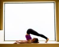 Actitud de la yoga adentro en alféizar Imagenes de archivo