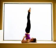 Actitud de la yoga adentro en alféizar Fotografía de archivo libre de regalías