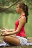 Actitud de la yoga al aire libre Fotografía de archivo