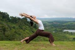 Actitud de la yoga al aire libre Fotos de archivo