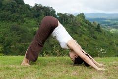 Actitud de la yoga al aire libre Fotografía de archivo libre de regalías