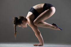 Actitud de la yoga de Bakasana Imagen de archivo