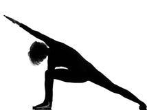 Actitud de la yoga de la mujer del parsvakonasana de Utthita Imagen de archivo libre de regalías
