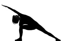 Actitud de la yoga de la mujer del parsvakonasana de Utthita Imagenes de archivo