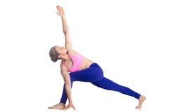 Actitud de la yoga de Parivrtta Parsvakonasana Imagen de archivo