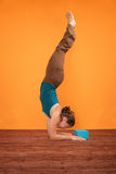 Actitud de la yoga de Pincha Mayurasana Imagen de archivo libre de regalías