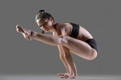 Actitud de la yoga de Tittibhasana foto de archivo