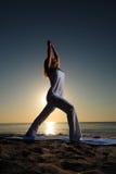 Actitud de la yoga del guerrero I (Virabhadrasana I) Imagen de archivo