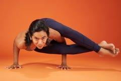 Actitud de la yoga del Ocho-ángulo fotos de archivo libres de regalías