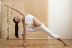 Actitud de la yoga del triángulo Imagenes de archivo