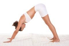 Actitud de la yoga - la hembra en deporte viste la ejecución de ejercicio Foto de archivo