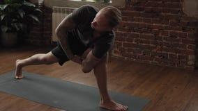 Actitud de la yoga de la pr?ctica del hombre en estudio con la pared de ladrillo Concepto sano de la forma de vida metrajes
