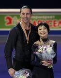 Actitud de Yuko KAVAGUTI/de Alexander SMIRNOV con las medallas de oro Fotos de archivo