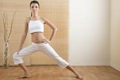 Actitud del árbol de la yoga/el estirar Foto de archivo libre de regalías