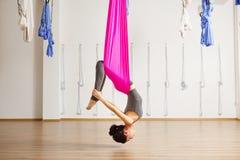 Actitud del arco de la inversión en aero- yoga anti de la gravedad Ejercicios aéreos Foto de archivo libre de regalías