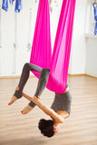 Actitud del arco de la inversión en aero- yoga anti de la gravedad Ejercicios aéreos Fotografía de archivo
