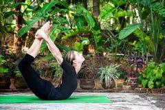Actitud del arqueamiento de Dhanurasana de la yoga imágenes de archivo libres de regalías