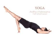 Actitud del chakrasana del ardha de la yoga Fotos de archivo libres de regalías