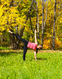 Actitud del chandrasana de Ardha de la yoga Imagen de archivo
