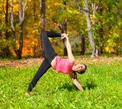 Actitud del chapasana de Ardha Chandra de la yoga Imagenes de archivo