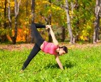 Actitud del chapasana de Ardha Chandra de la yoga Imágenes de archivo libres de regalías