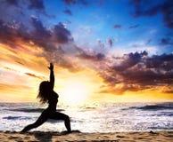 Actitud del guerrero de la silueta de la yoga Imágenes de archivo libres de regalías