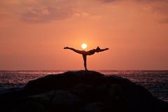Actitud del guerrero de la yoga Fotos de archivo libres de regalías