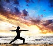 Actitud del guerrero II de la silueta de la yoga Fotos de archivo libres de regalías