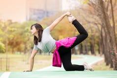 Actitud del Mitad-arco de la yoga de la demostración de la mujer - Ardha Dhanurasana fotografía de archivo