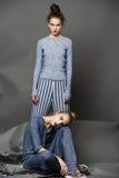 Actitud del modelo de moda en fondo ligero Imagenes de archivo