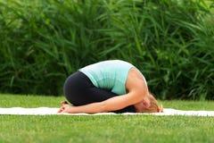 Actitud del niño del asana de la yoga del ejercicio de la mujer Foto de archivo libre de regalías