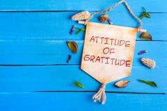 Actitud del texto de la gratitud en la voluta de papel fotos de archivo libres de regalías