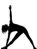 Actitud del triángulo de la yoga de la mujer del trikonasana de Parivritta Imagenes de archivo