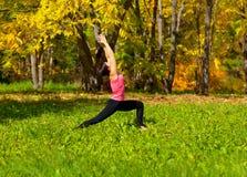Actitud del virabhadrasana de la yoga Fotos de archivo