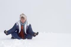 Actitud del zen de las montañas de la muchacha Foto de archivo libre de regalías