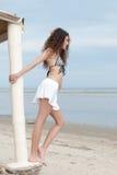 Actitud delgada de la mujer por el mar que lleva la mini falda y sujetador Foto de archivo