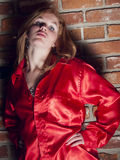 Actitud en una camisa roja Imagen de archivo libre de regalías