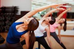 Actitud extendida de la yoga del ángulo lateral imagenes de archivo