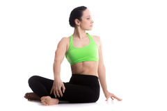 Actitud fácil girada de la yoga fotografía de archivo