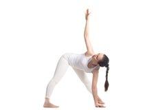 Actitud femenina del trikonasana de la yoga de la yogui que hace Fotos de archivo