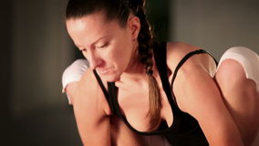 Actitud femenina flexible joven de la yoga que hace almacen de video