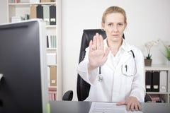 Actitud femenina seria del doctor Showing Stop Hand Imágenes de archivo libres de regalías
