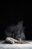 Actitud flexible del ` s del niño del balasana del asana de la yoga de las prácticas del hombre de la yoga fotografía de archivo