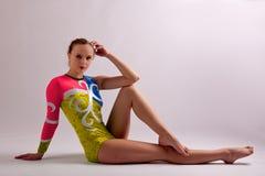 Actitud gemetrical de la muchacha de la yoga del gimnasta Imágenes de archivo libres de regalías
