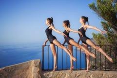 Actitud gimnástica o del ballet de la danza Foto de archivo libre de regalías