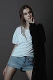 Actitud hermosa de la mujer del modelo de moda Imágenes de archivo libres de regalías