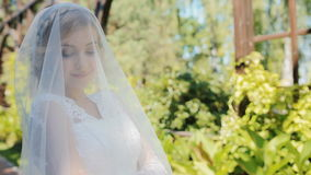 Actitud hermosa de la novia al fotógrafo al aire libre almacen de video