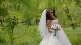 Actitud hermosa de la novia con el ramo de la boda almacen de video