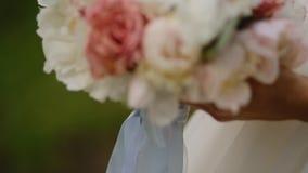 Actitud hermosa de la novia con el ramo de la boda almacen de metraje de vídeo